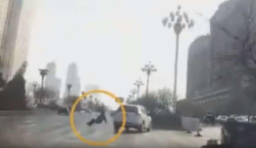 Un video muestra el momento en que un hombre se teletransporta